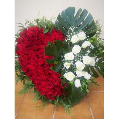 Corazón de rosas rojas y blancas