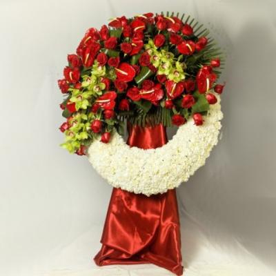 Corona de rosas y orquídeas